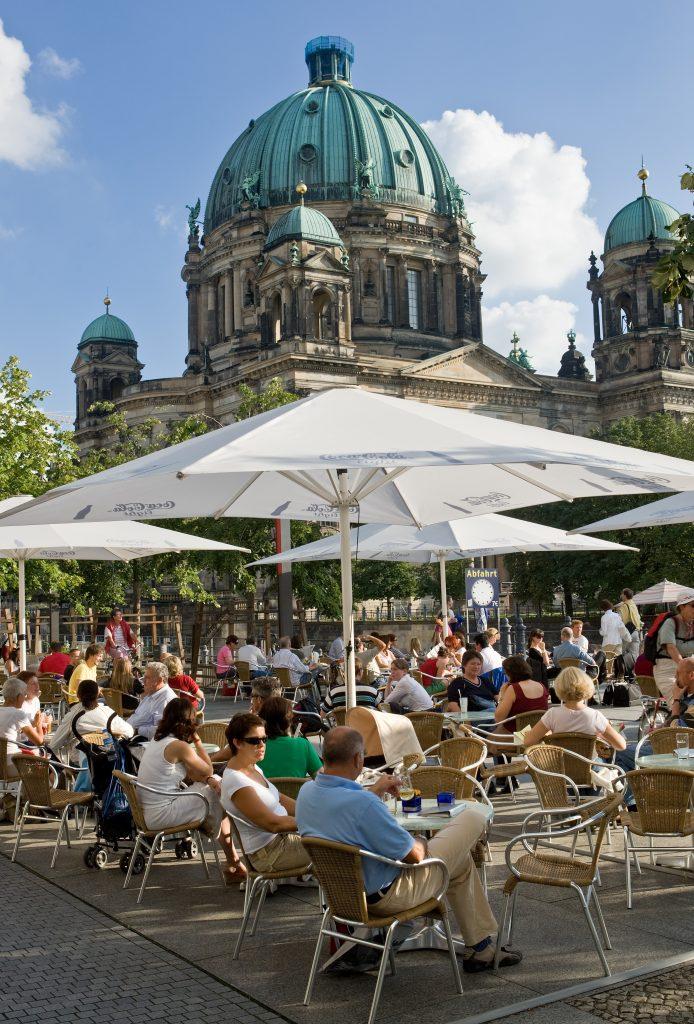 مقهى أمام كاتدرائية برلين