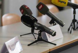Mikrofone-vor-einer-Medienkonferenz-Die-Schweiz-ist-in-Sachen-Pressefreiheit-in-der-Rangliste-wieder-gestiegen