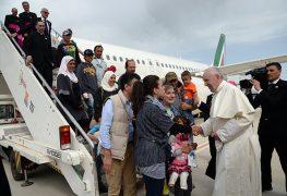 papst-franziskus-begruesst-nach-deren-ankunft-in-rom-die-syrischen-fluechtlinge-persoenlich-sie-sind-mit-ihm-aus-griechenland-zurueckgeflogen-