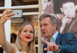 الرئيس الألماني السابق كريستيان فولف والشاعرة يوليا انجلمان