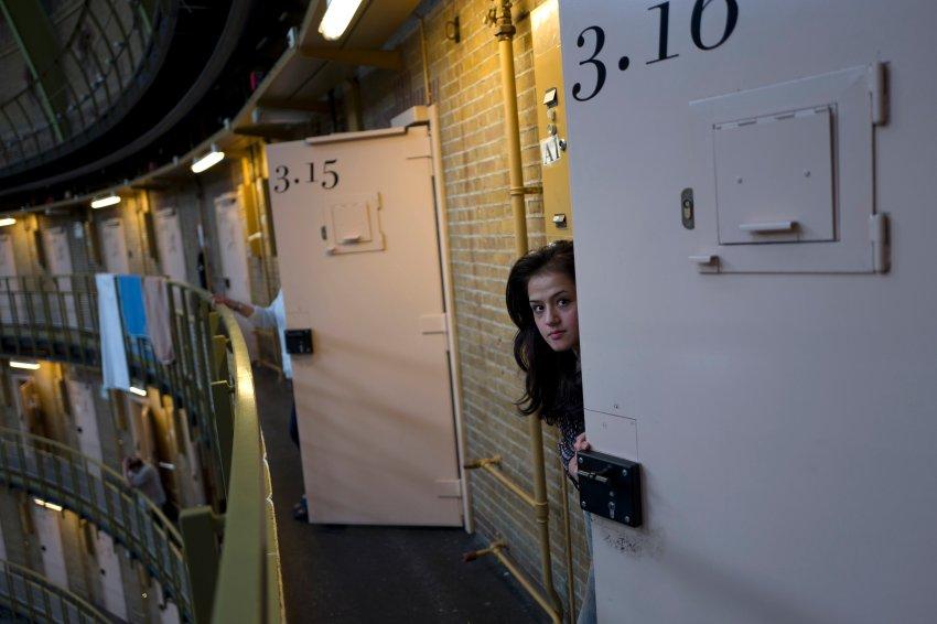 فتاة تطل من باب إحدى الزنزانات