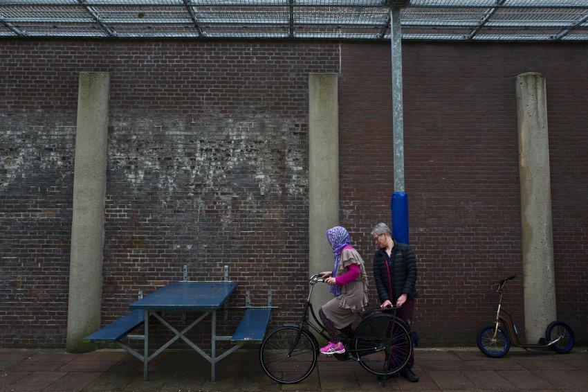 امرأة تدرب على قيادة الدراجة الهوائية