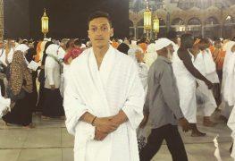الصورة التي نشرها مسعود أوزيل على صفحته على الفيسبوك أمام الكعبة في مكة