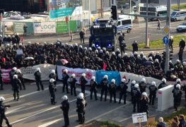 Polizisten schirmen das Messegelände in Stuttgart gegen AfD-Gegner ab
