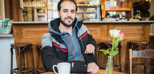 أيهم، عمره 26 سنة من سوريا. يتواجد في ألمانيا منذ سبتمبر 2015 ويعيش في هامبورغ