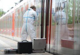 محقق من الشرطة في محطة القطارات في غرافينغ في ولاية بافاريا