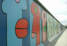 معرض الجانب الشرقي هو جزء  من جدار برلين الذي يشهد على حقبة مهمة في تاريخ ألمانيا