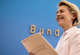 وزيرة الدفاع الألمانية وبيدها الوثيقة البيضاء