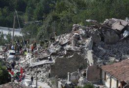 آثار الدمار التي خلفها الزلزال
