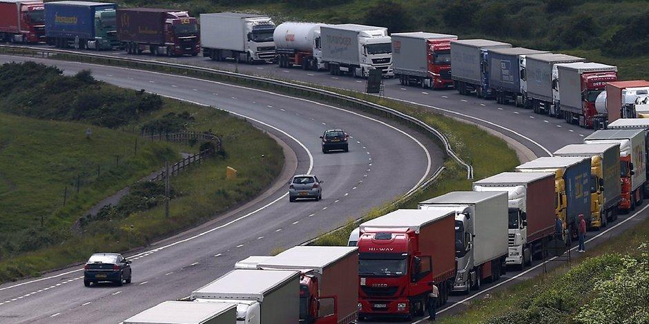 عادة ما يتسلق المهاجرون الشاحنات للتسلل إلى المملكة المتحدة - صورة أرشيفية