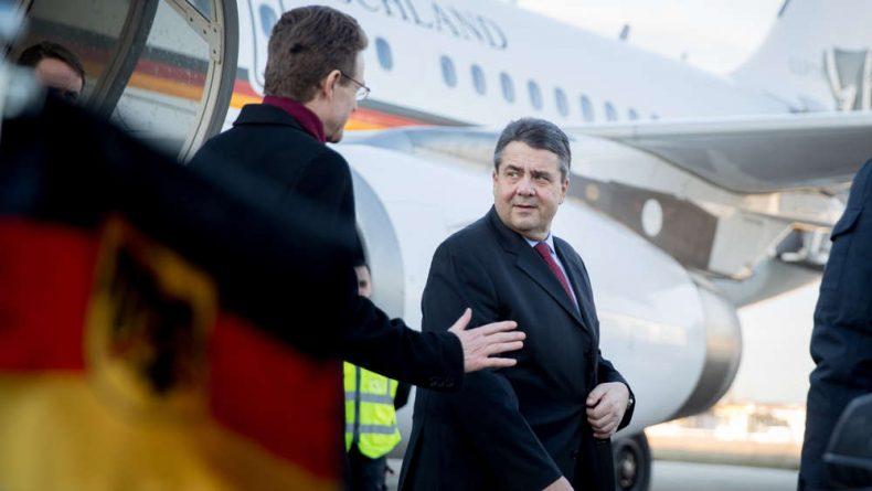 وزير الخارجية الاتحادي الألماني الجديد زيجمار جابرييل عند وصوله إلى باريس