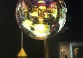 Runde Glaslampen schweben durch den Raum 2