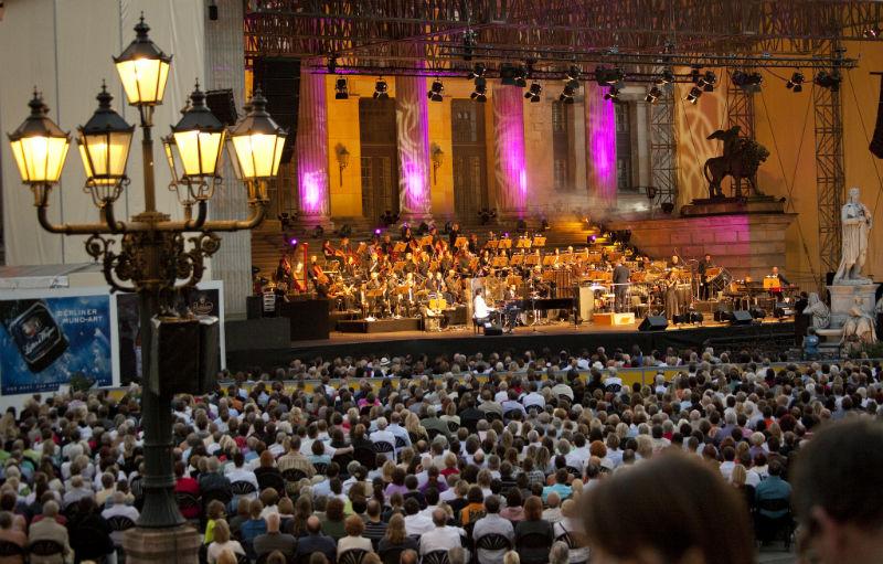 حفلة موسيقية كلاسيكية في ساحة جندارمن ماركت في برلين